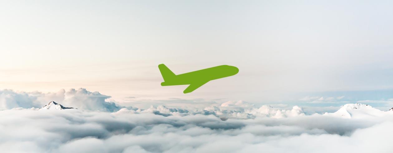 Ausgleich CO2 Emissionen. Grünes Flugzeug in den Wolken.