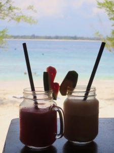 cocktails auf tisch fürs arbeiten am meer