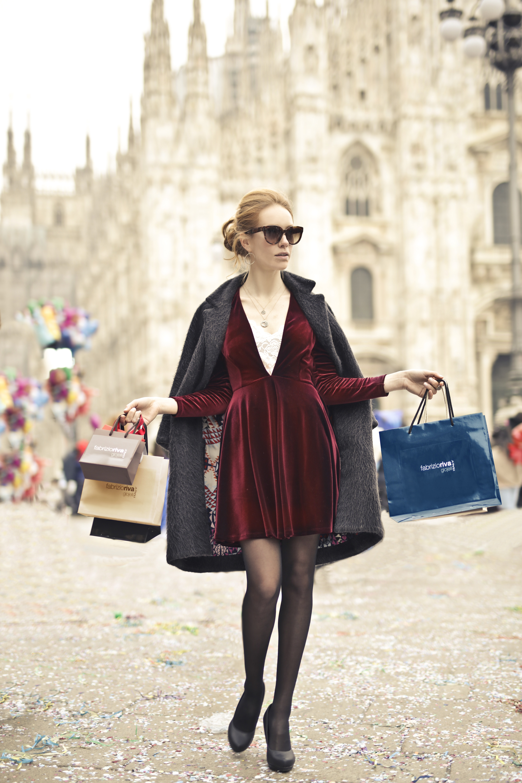 Frau mit Shopping-Tüten vorm Mailänder Dom